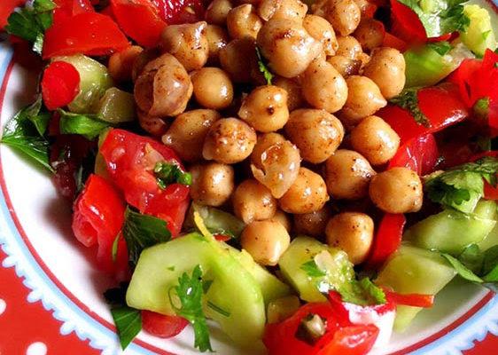 Salade de pois chiches épicés & légumes frais